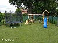 zahrada - dětský kout - chalupa k pronajmutí Mirošov u Bobrové