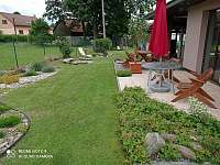 zahrada - zadní terasa - chalupa k pronájmu Mirošov u Bobrové