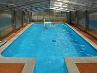 bazén pod střechou - pronájem chalupy Koroužné