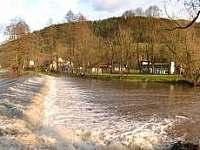 Jez - uprostřed vesnice (200m od chalupy), panorama