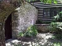 vchod do dvora okolo kamenné studny - chalupa ubytování Lhota-Vlasenice
