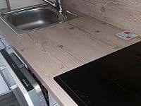 Chata Kateřina - kuchyň (myčka, dřez, indukční dvouplotýnkový vaříč) - ubytování Trhová Kamenice