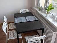 Detail jídelního stolu v obýváku - apartmán k pronajmutí Nové Město na Moravě