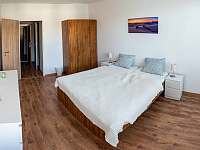 Ložnice pohledem od oken - apartmán k pronájmu Nové Město na Moravě