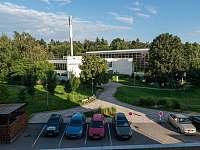 Výhled z Apartmánu Zelená hora na Městské lázně přes ulici Budovatelů - Nové Město na Moravě