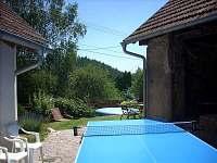 dvorek, možnost stolního tenisu - chalupa ubytování Uhřínov