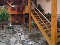 dvorek s grilem, udírnou a malým pískovištěm - chalupa ubytování Hluboké u Kunštátu