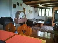 Společenská místnost - chata k pronájmu Polnička