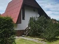 Vchodová strana chaty - k pronajmutí Polnička