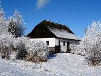 Pohled na chalupu v zimě