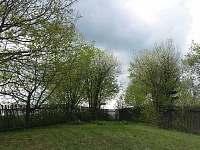 Pohled na zahradu od chalupy - ubytování Krátká