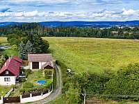Pohled na celý pozemek a okolí - chata ubytování Leškovice