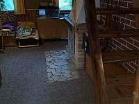 část společenské místnosti se schody do ložnic - pronájem chaty Škrdlovice - Velké Dářko