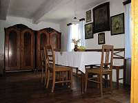 Obývací pokj , jídelní stůl - chalupa k pronájmu Chroustov