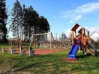 Dětské hřiště v obci (cca 200m od chalupy) - Mezilesí