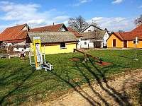 Dětské hřiště v obci (cca 200m od chalupy) - k pronajmutí Mezilesí