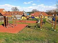 Dětské hřiště v obci (cca 200m od chalupy) - pronájem Mezilesí