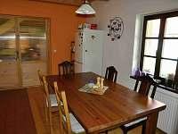Kuchyně jídelní stůl - chalupa k pronajmutí Mezilesí