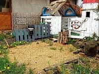 Zahrada - dětský domeček - chalupa k pronájmu Mezilesí