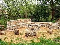 Zahrada - ohniště - pronájem chalupy Mezilesí