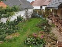 Zahrada s houpačkou a klouzačkou.