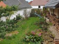 Zahrada s houpačkou a klouzačkou. - chalupa k pronajmutí Mezilesí