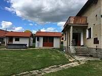 Hlavní vchod do chalupy, krbová místnost, kolárna - ubytování Hněvkovice u Ledče nad Sázavou