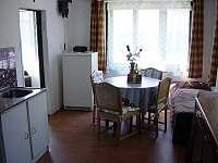 Jídelní kout v kuchyni - chalupa k pronajmutí Heřmanov