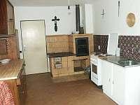 Kuchyně s kamny - chalupa k pronajmutí Heřmanov