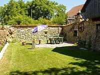 Posezení na zahradě - chalupa k pronájmu Heřmanov