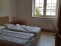 Ložnice s manželskou postelí - pronájem chalupy Nové Město na Moravě - Olešná