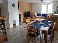 Obývací pokoj, pohled od kuchyně - chalupa k pronajmutí Nové Město na Moravě - Olešná