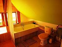 Koupelna s vanou a toaletou - chalupa k pronájmu Lesonice