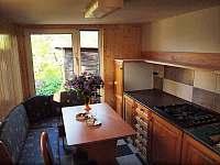 Kuchyně s jídelním stolem v přízemí - chalupa k pronájmu Lesonice