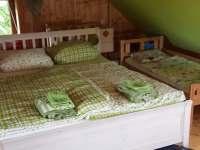 Ložnice s dětskou postelí - chalupa k pronajmutí Lesonice