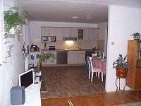 Kuchyň spojená s obývacím pokojem