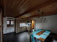 Interiér - jídelní stůl a kuchyň