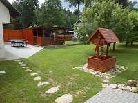oplocena zahrada s pergolou