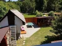 Pohled z terasy na naši zahradu - Dalečín