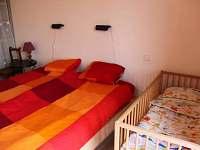 Ložnice s umístěnou dětskou postýlkou