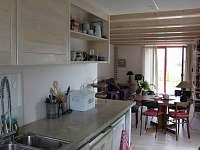Pohled z kuchyně - chalupa k pronájmu Sněžné