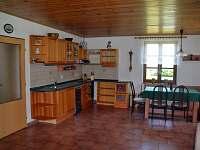 Kuchyň s jídelním koutem - chalupa ubytování Zubří u Trhové Kamenice