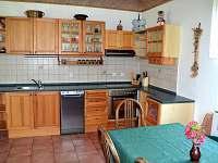 Plně vybavená kuchyňská linka včetně myčky nádobí - chalupa k pronájmu Zubří u Trhové Kamenice
