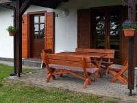 Terasa s dřevěným nábytkem