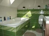 Horní koupelna s vanou a wc - chalupa k pronájmu Telecí u Poličky