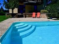 Pohodlné a bezpečné schody do bazénu