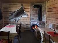 společenská místnost v domku s výčepem - srub k pronájmu Hluboká u Krucemburku