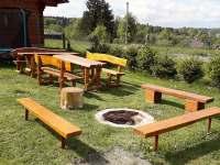 venkovní posezení a ohniště - pronájem srubu Hluboká u Krucemburku