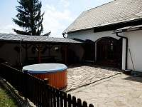 Terasa s pergolou a vířivkou - chalupa k pronájmu Dědová