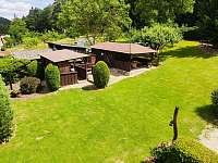 pohled do zahrady z balkonu - chalupa ubytování Pivoň